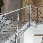 Laiptų konstrukcija su individualaus dizaino laiptų turėklais