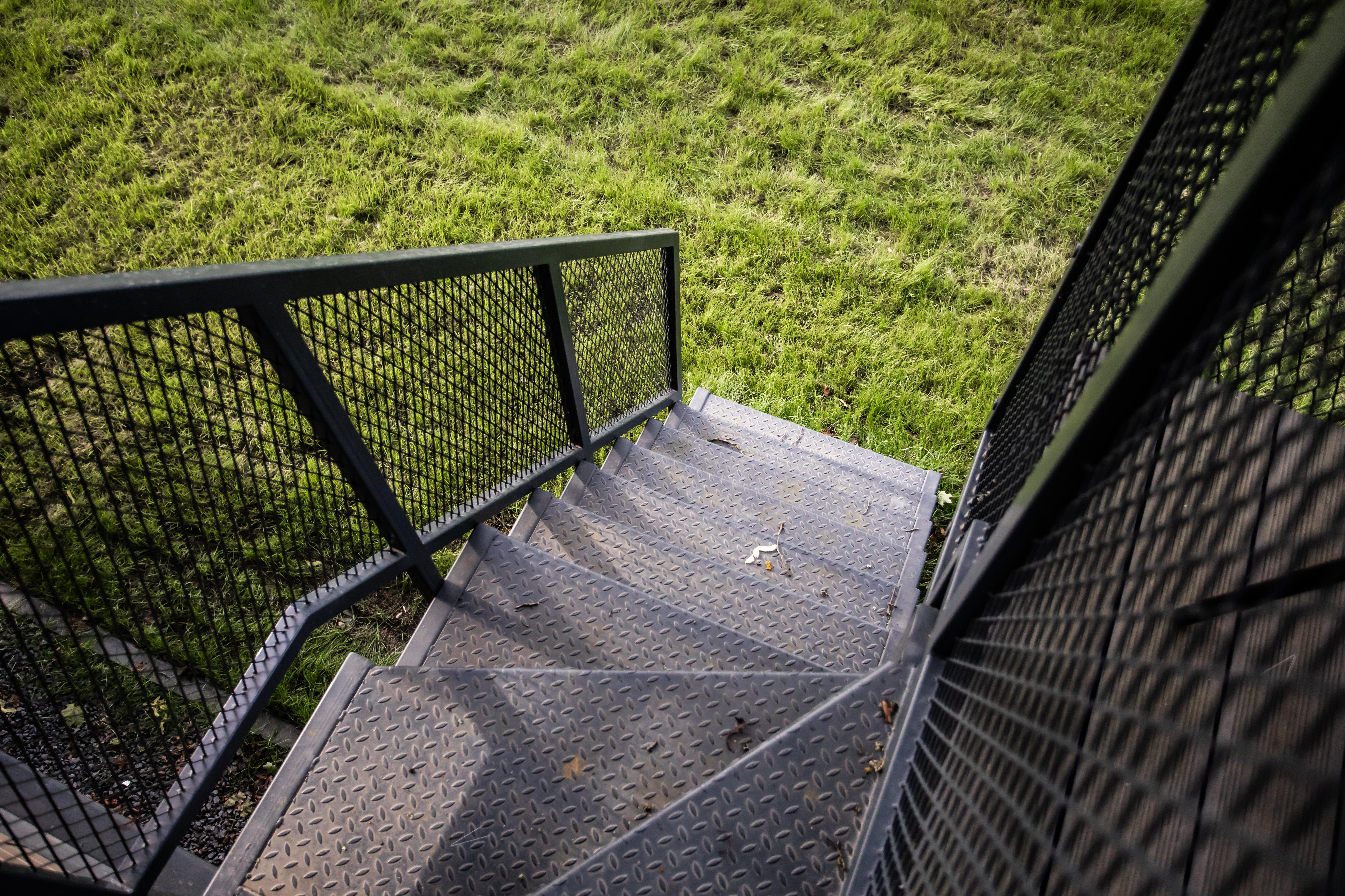 Lauko laiptai su turėklais